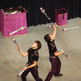 最も得意とするクラブジャグリングで会場を沸かせる兄弟コンビジャグラー「桔梗ブラザーズ」