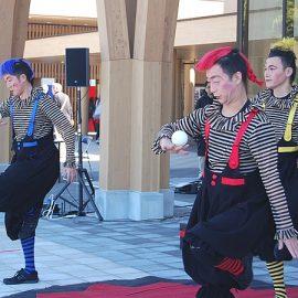 カラフルなモヒカンヘアーという個性豊かな見た目の大道芸人3人組くるくるシルク