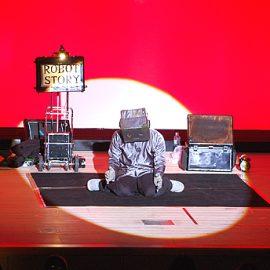 ロボットと捨てられた子犬の出会いをテーマにしたショーをする大道芸人ロボットのぞみ