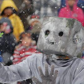 雪の中パフォーマンスをする「心を持ちたいロボットのぞみ」
