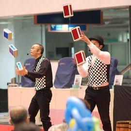 2人同時にシガーボックスでジャグリングをするシンクロニシティ