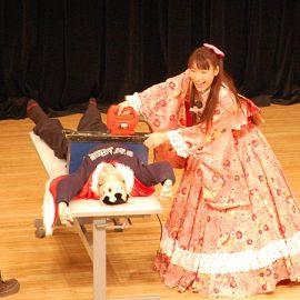 ノコギリ貫通マジックを披露する女性マジシャン・荒木巴