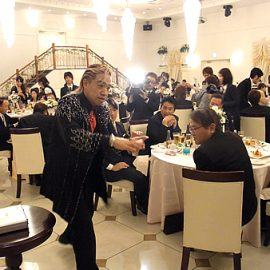 結婚披露宴でテーブルマジックをするマジシャン・ハマック柳田