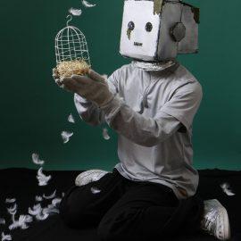 ロボットと小鳥の出会いを表現したパフォーマンスをする「心を持ちたいロボットのぞみ」