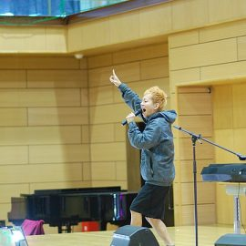 キーボードとトランペットの演奏だけでなくトークでも会場を盛り上げるお笑い芸人こまつ