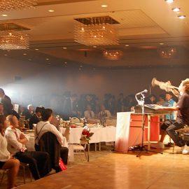 パーティーでキーボードとトランペットを同時演奏する音楽芸人こまつ