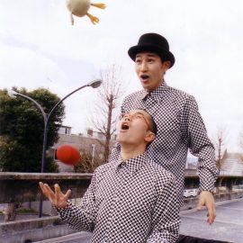 路上でボールジャグリングをするジャグリングコンビ・シンクロニシティ