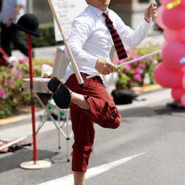 最も得意とするデビルスティックを使ったジャグリングで観客を沸かせる大道芸人