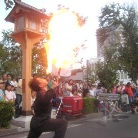火吹きパフォーマンスをする大道芸人