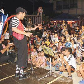 たくさんのお子様を観客にバルーンやパントマイムのショーをする大道芸人
