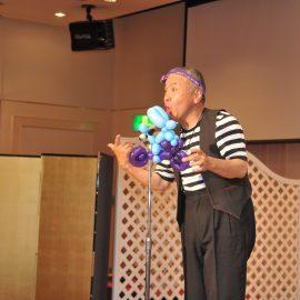 イベントで笑いたっぷりのショーをするコメディ大道芸人