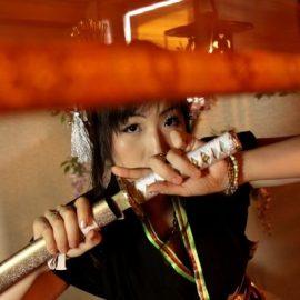 刀を手にする女性マジシャン