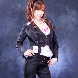 クールな衣装に身を包む女性マジシャン
