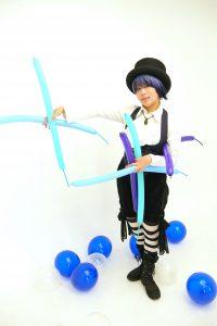 大道芸(バルーンアート、コンタクトジャグリング)のパフォーマー