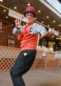大道芸(ジャグリング、バルーンアート、パントマイム)のパフォーマー