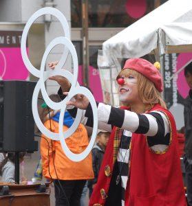 大道芸(パントマイム、ジャグリング、バルーンアート、マジック など)のパフォーマー