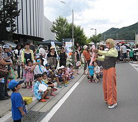 夏行事でいろいろなバルーンアートを作って子ども達を夢中にさせる大道芸人