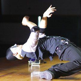 アニメーションダンスにパントマイムやマジックを融合させたパフォーマンスをするパフォーマー