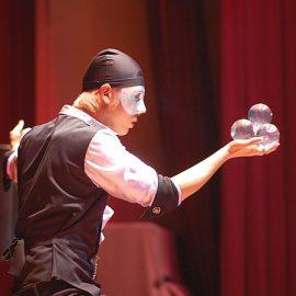 オリジナルの幻想的なブラックライトのショーなども行っている注目の若手パフォーマー