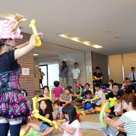 お子様連れのご家族を対象としたバルーンアート教室を開催した女性パフォーマー