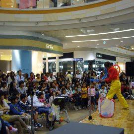 ショッピングセンター内でバルーンショーをする大道芸人