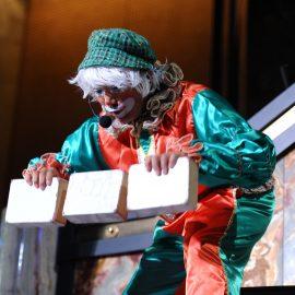 クリスマス衣装でシガーボックスをするクラウン(ピエロ)