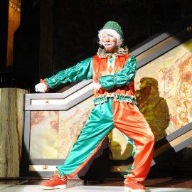 パントマイムで観客の笑いをとるクラウン(ピエロ)