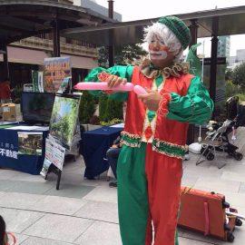 クリスマスの衣装でバルーンアートショーをするクラウン(ピエロ)