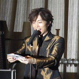 トランプを使ったマジックを披露するマジシャン・YUSHI(ユウシ)