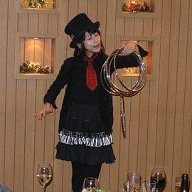 リングマジックで観客を楽しませる女性マジシャン