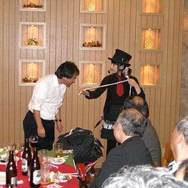 お客様にも参加していただくロープマジックを披露する女性マジシャン