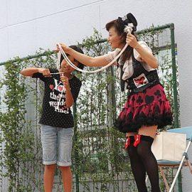 観客のお子様と一緒にロープマジックをする女性マジシャン