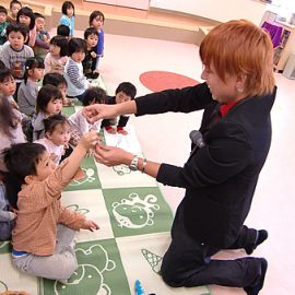 幼稚園のイベントでショーをするマジシャン