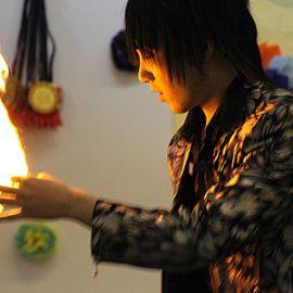 炎を使った幻想的なマジックをするマジシャン