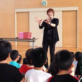 子ども会のイベントでショーをするマジシャン