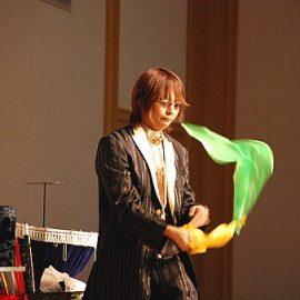マジックショーをするマジシャン
