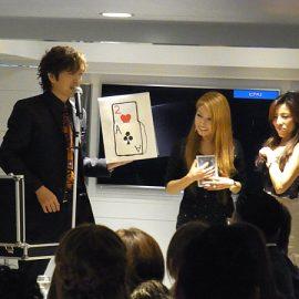 観客と一緒にトランプをマジックをするマジシャン・YUSHI(ユウシ)