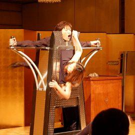 人体貫通イリュージョンマジックを披露するマジシャン・YUSHI(ユウシ)