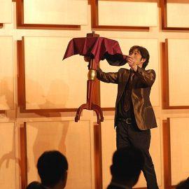 テーブルの空中浮遊マジックを披露するマジシャン・YUSHI(ユウシ)