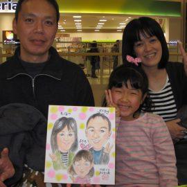 女性似顔絵師が水彩絵の具を使って優しい色使いで描いたご家族の似顔絵