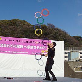 リングジャグリングの日本記録保持者で世界でも活躍する男性ジャグラー