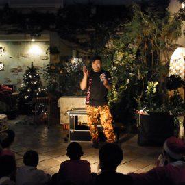 クリスマスイベントで多彩なパフォーマンスをする大道芸人