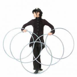 リングを使ったマジックもできる女性マジシャン