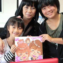 ウェディングなどでの早描きも得意とする似顔絵師が描いた母娘の似顔絵