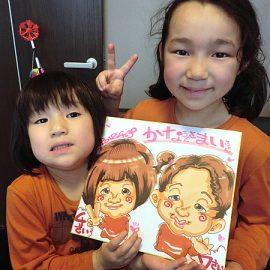 様々なイベントへの出演経験豊富な男性似顔絵師が描いた姉妹の似顔絵