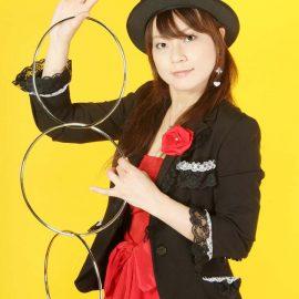 リングマジックをレパートリーに持つ女性マジシャン