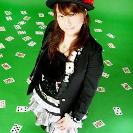 トランプマジックを得意とする女性マジシャン