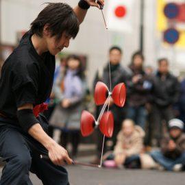 テンポの良いディアボロジャグリングを披露するジャグリングパフォーマー