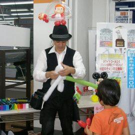 男の子の要望でバルーンを作るバルーンパフォーマー