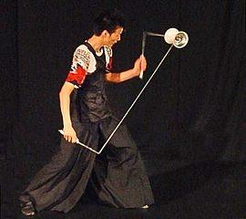 和風の衣装でクールにディアボロを操るジャグリングパフォーマー